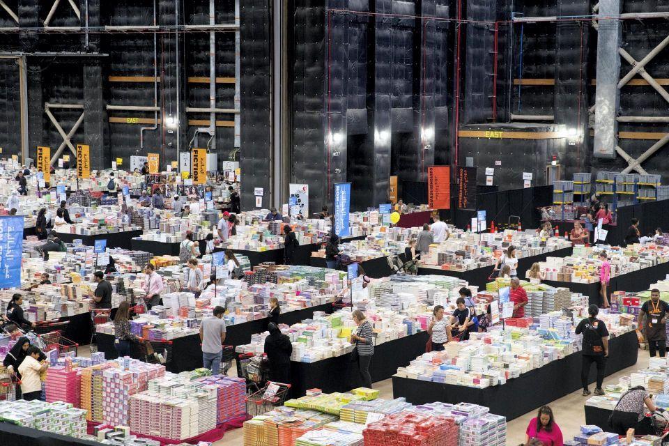 بالصور: نظرة على أكبر سوق تخفيضات للكتب في العالم بدبي