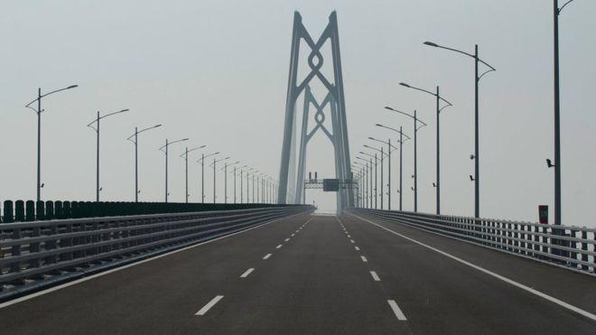 بالصور : الصين تفتتح أطول جسر بحري في العالم