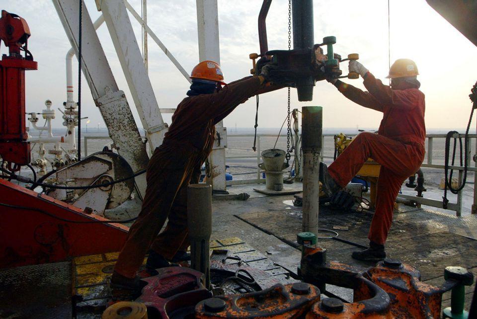 أسعار النفط  تتراجع مع طمأنة السعودية السوق بشأن المعروض