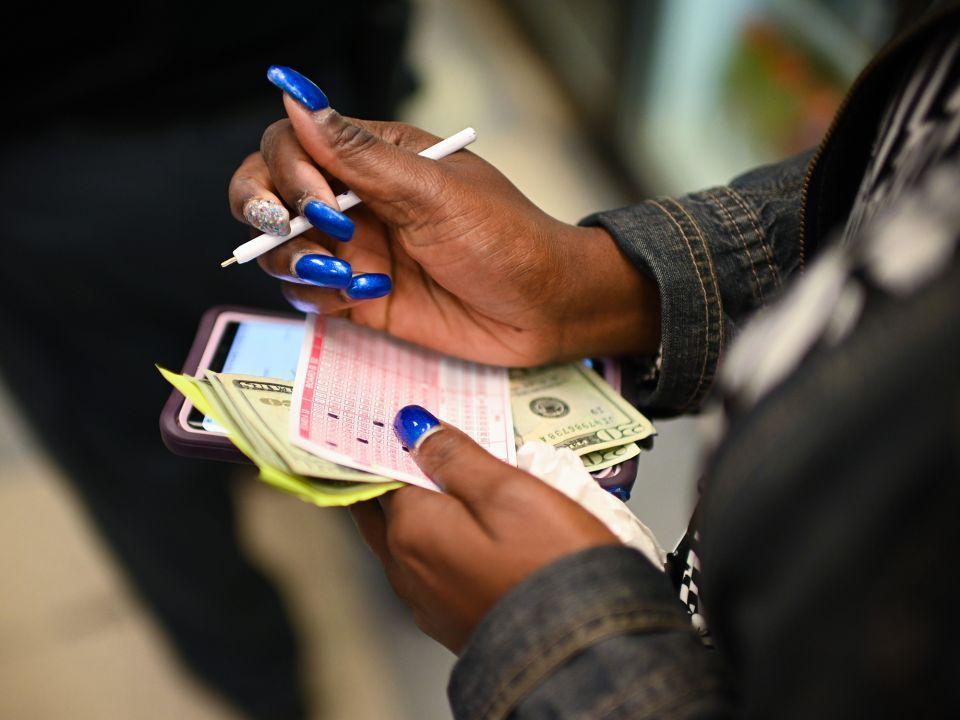 أمريكا تبحث عن صاحب بطاقة يانصيب فاز  بـ مليار و600 مليون دولار