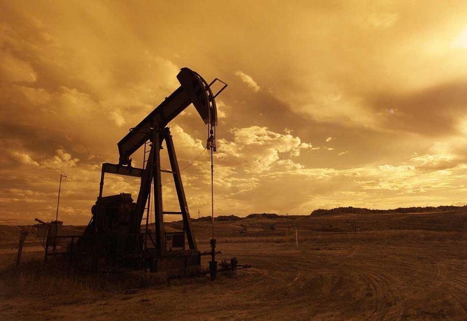 أسعار النفط تواصل الهبوط وسط مخاوف من تخمة في المعروض