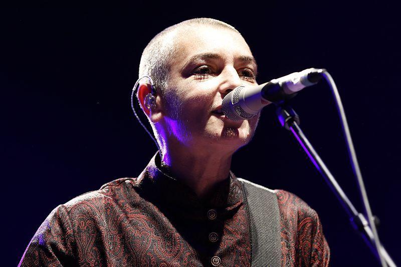 فيديو: مغنية إيرلندية شهيرة تشهر إسلامها