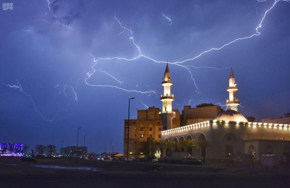 تعليق الدراسة بمدارس وجامعات في السعودية لسوء أحوال الطقس