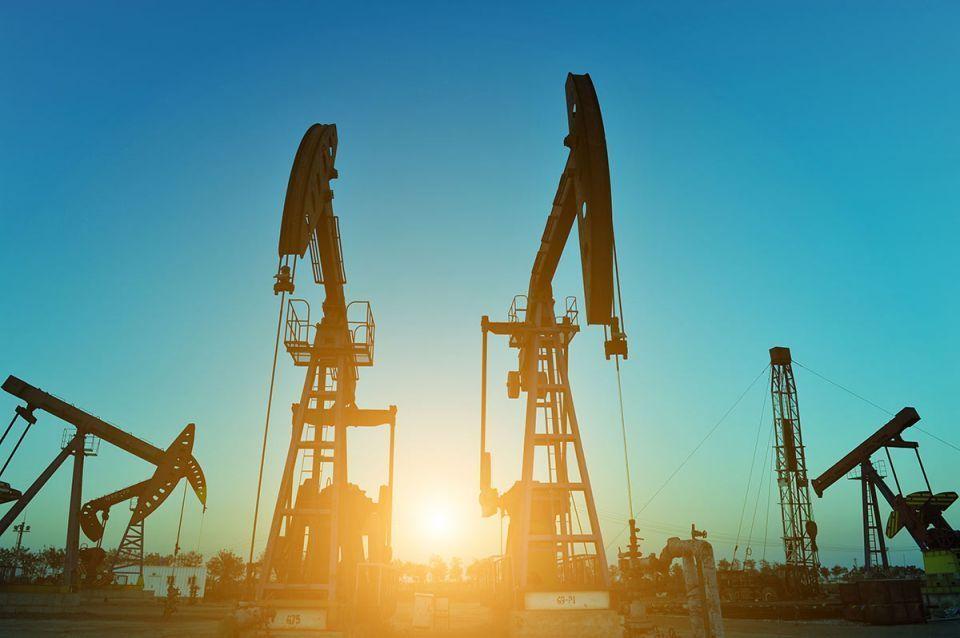 النفط يرتفع بعد تمهيد السعودية الطريق لخفض الإنتاج