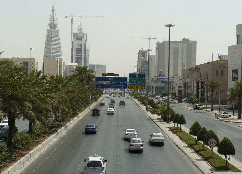 سائق صهريج سكران يصطدم بـ 16 سيارة شمال العاصمة السعودية
