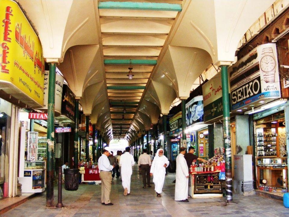 مكة تلزم المحلات التجارية باللغة العربية