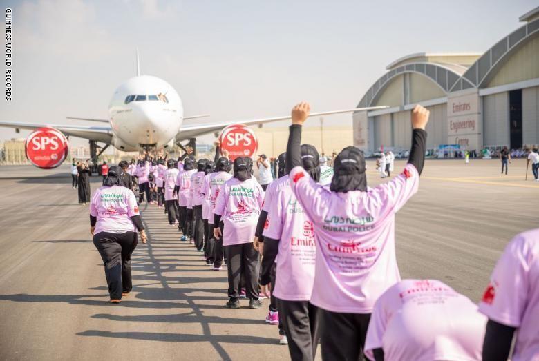 بالصور : 77 امرأة في شرطة دبي يدخلن موسوعة غينيس