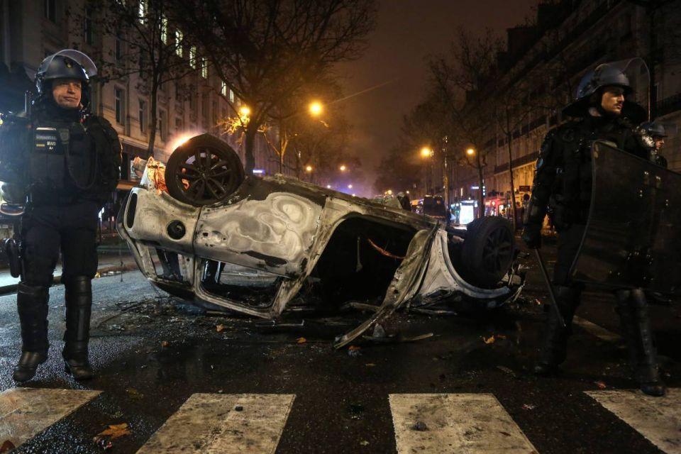 بالصور : باريس تحترق و ماكرون: لن أرضى أبدا بالعنف