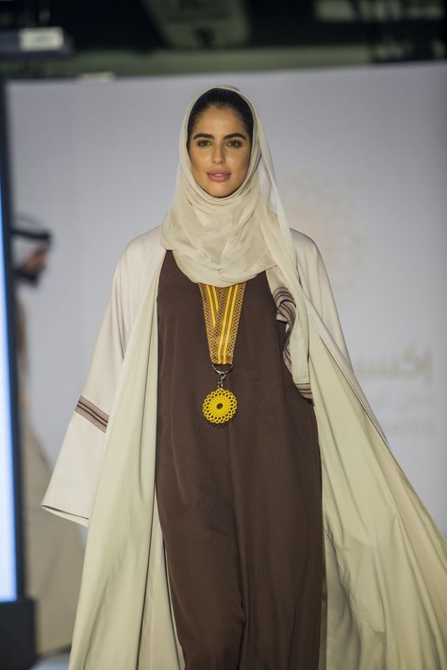 بالصور : إماراتية تصمّم الزي الرسمي لفريق إكسبو 2020 دبي