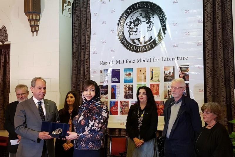 السعودية أميمة الخميس تفوز بميدالية نجيب محفوظ للأدب