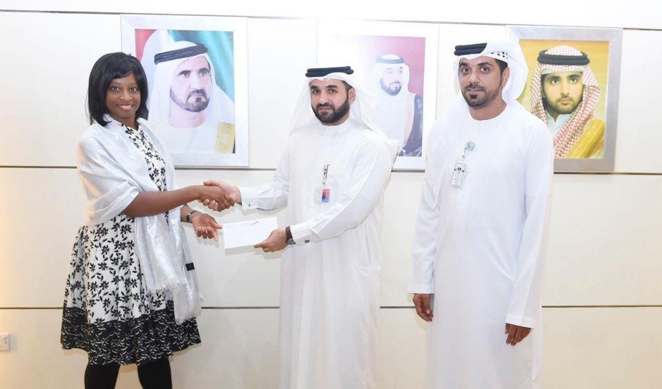 طرق دبي تكرم سائحة كشفت سائقاً يمارس النقل بدون ترخيص