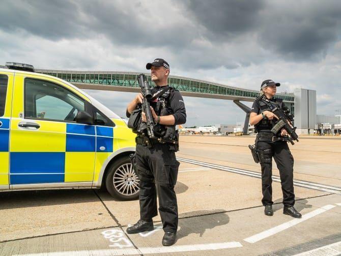 أعتقال شخصين يشتبه بتسببهما بتعطيل مئات رحلات الطيران في بريطانيا