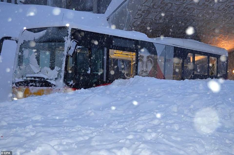شاهد انهيار ثلجي يجتاح و يطمر فندق سويسري مع موجة برد تجتاح أوروبا