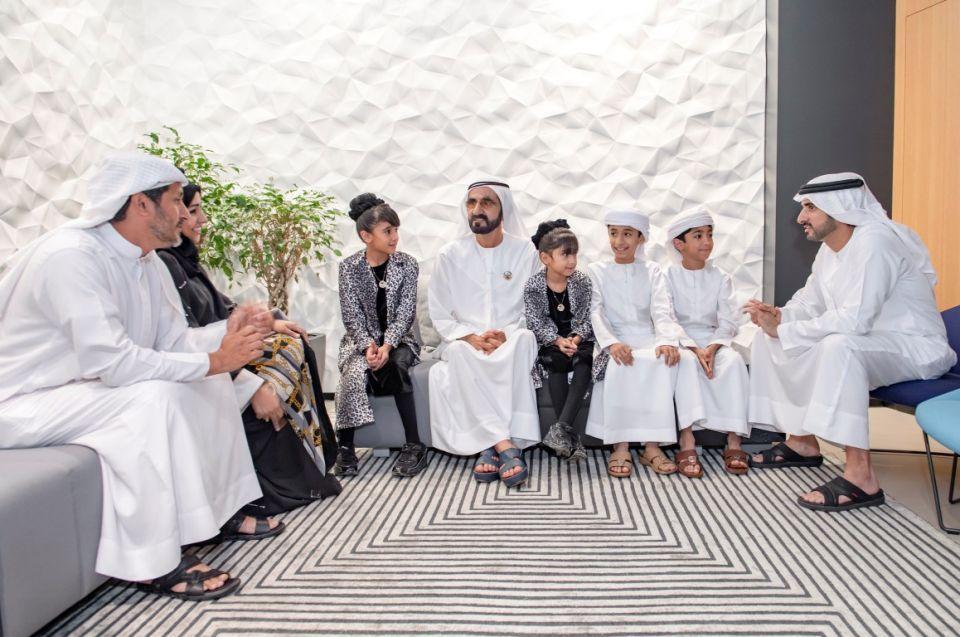محمد بن راشد يلتقي أسرة إماراتية اختارت التعليم المنزلي لأبنائها