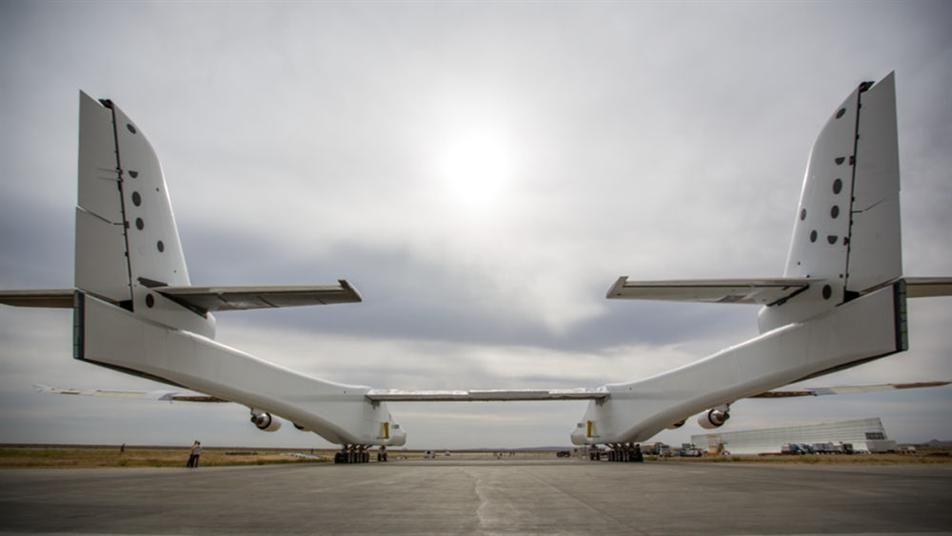 بالصور: أكبر طائرة في العالم تقترب من تحقيق السرعة الكاملة على مدارج المطارات