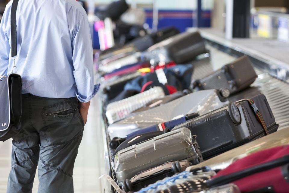ضبط لص يسرق وشريكته حقائب المسافرين في مطار دبي الدولي