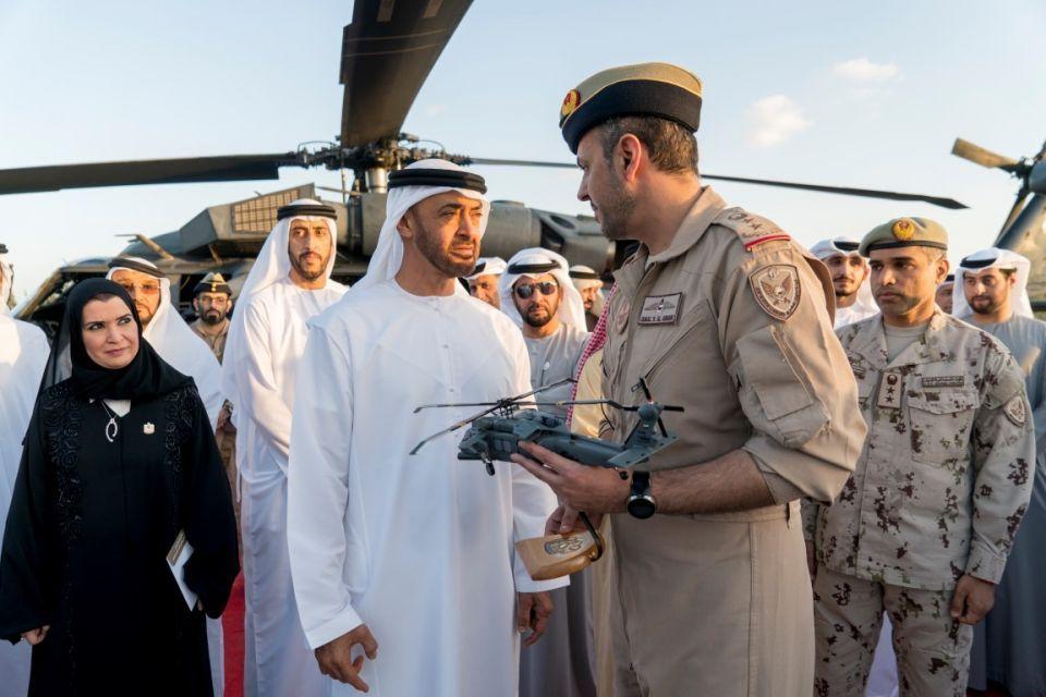 فيديو.. محمد بن زايد يدشن منظومة تسليح «بلاك هوك» التي طورتها الإمارات