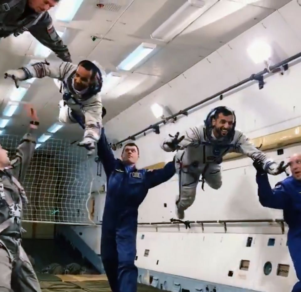 شاهد رواد الفضاء الإماراتيين يتدربان بلا جاذبية