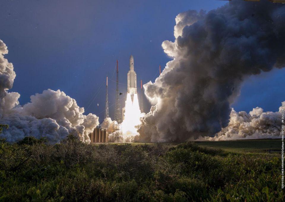 بالصور : السعودية تطلق قمرها الصناعي الأول للاتصالات
