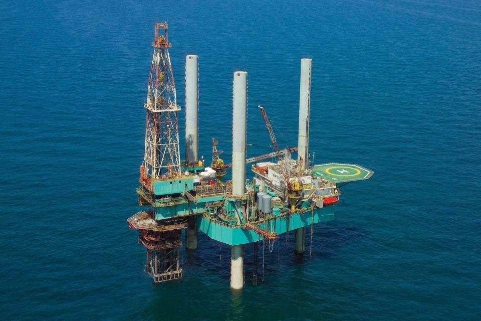 النفط يرتفع نحو 2% بدعم من خفض إنتاج السعودية وأوبك