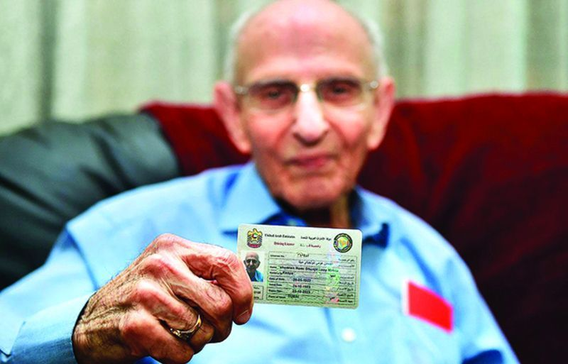 يتقدم بطلب لتجديد رخصة قيادته في دبي وعمره 97 عاماً.. تعرف عليه