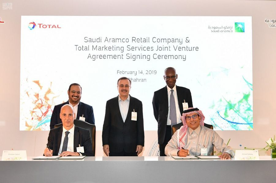 أرامكو وتوتال توقعان اتفاقية لتطوير شبكة محطات الوقود بالسعودية