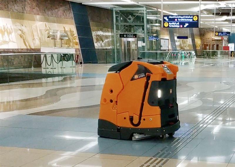 روبوت يتولى مهمة تنظيف محطات المترو في دبي