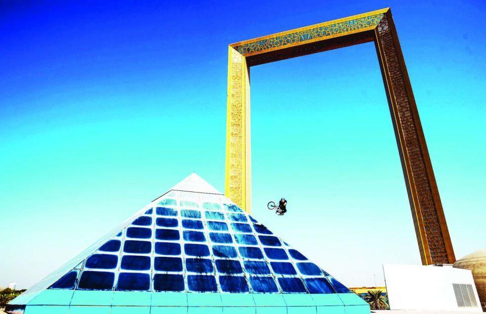 شاهد.. الدراج المغامر كريس كايل يخطف الأنفاس بـ «تسقط في دبي»