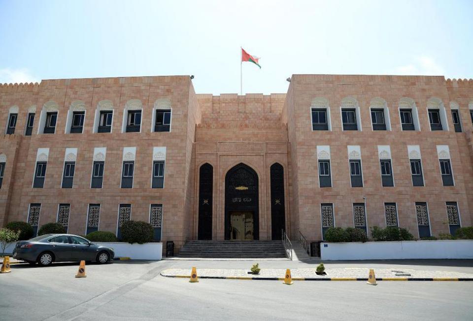 موديز تخفض تصنيف عمان إلى (Ba1) مع نظرة سلبية