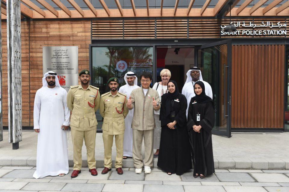 بالصور.. جاكي شان يتطلع على خدمات مركز الشرطة الذكي في دبي