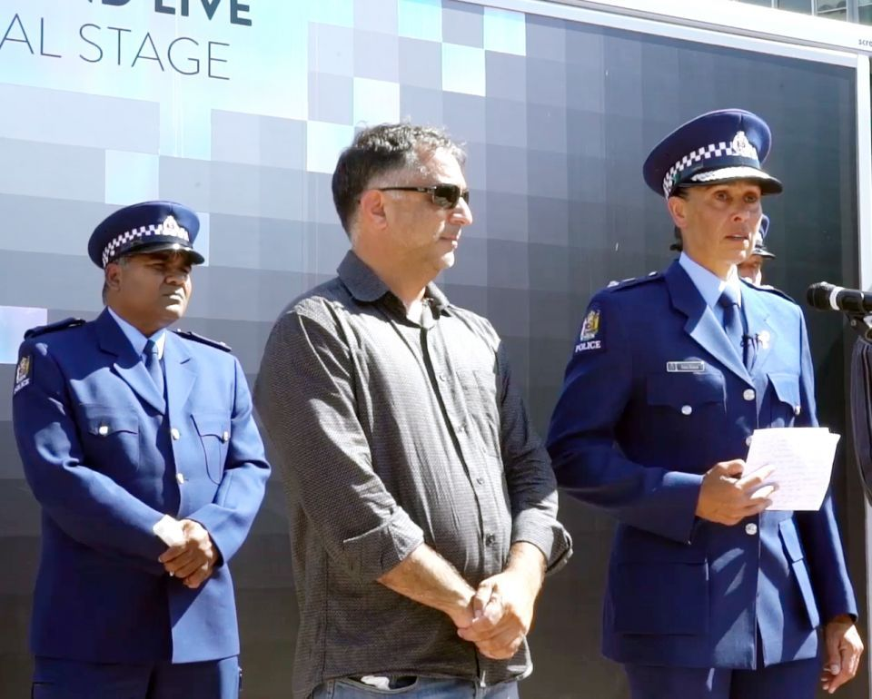 مفتشة شرطة تبكي في كلمة تضامن مع ضحايا الهجوم الإرهابي بنيوزيلندا