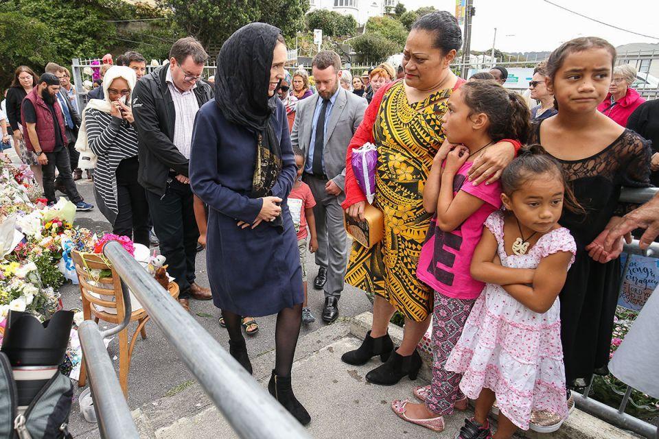 شاهد تضامن رئيسة وزراء نيوزيلندا مع المسلمين مرتدية الحجاب