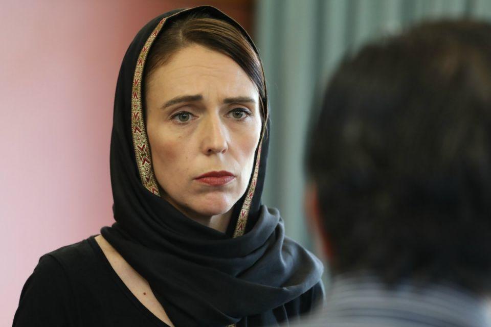 شاهد تضامن رئيسة وزراء نيوزيلندا بارتداء الحجاب مع ذوي الضحايا