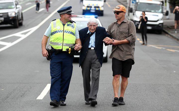 مسن نيوزيلندي يستقل 4 حافلات للوصول لمظاهرة ضد العنصرية وكراهية المسلمين