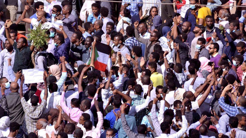 السودان يترقب بياناً للجيش .. واعتقال مقربين من عمر حسن البشير