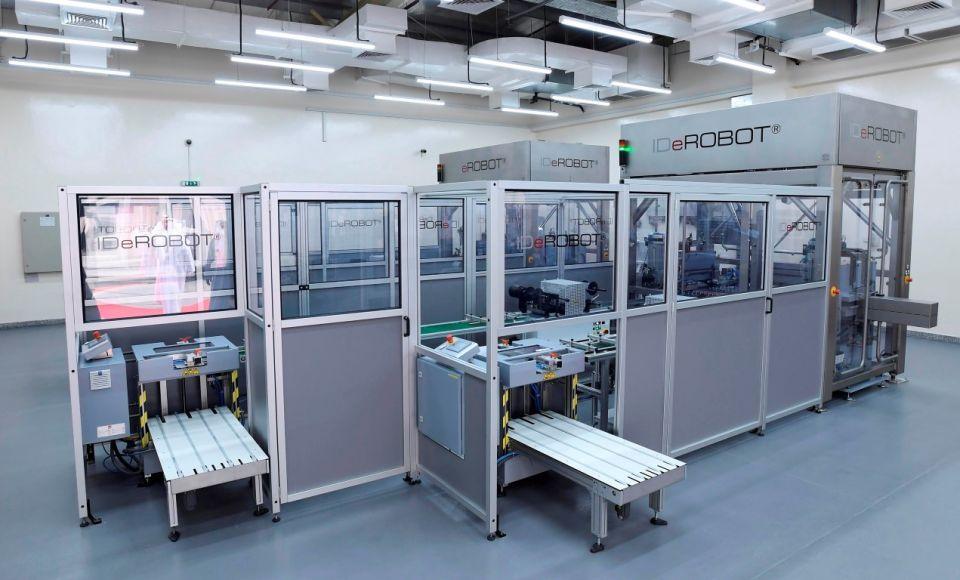 دبي: افتتاح أول مصنع في العالم لإنتاج لوحات أرقام السيارات بالروبوت
