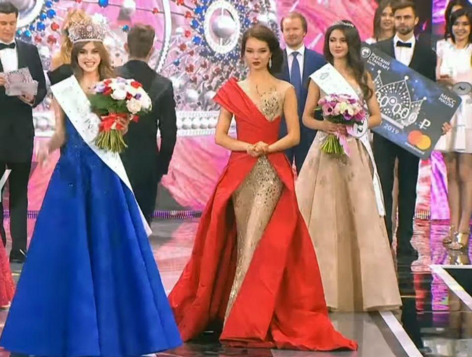 شاهد الفائزة بلقب ملكة جمال روسيا في حفل بموسكو