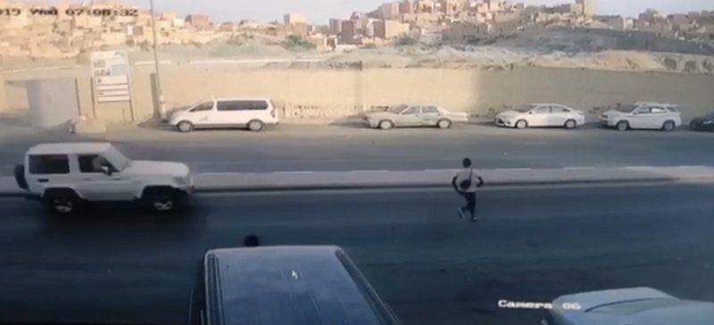 فيديو: العناية الإلهية تنقذ مخالفاً تلاحقه الشرطة السعودية