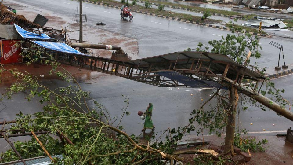 شاهد الأمواج العاتية بسبب الإعصار فاني الذي اجتاح شرق الهند وبنجلادش