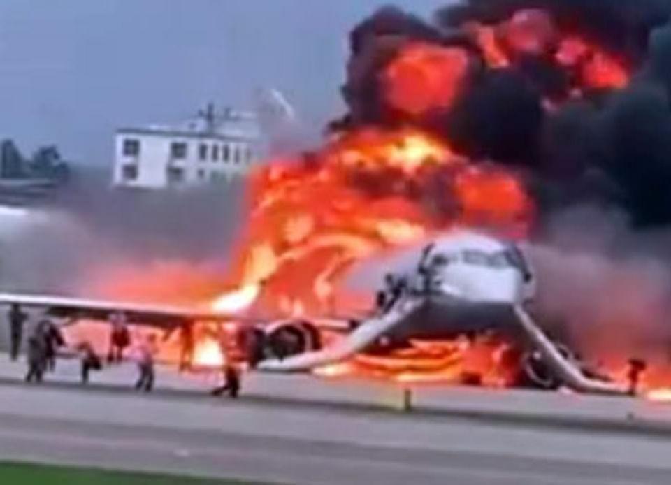 شاهد حريق طائرة ركاب روسية يودي بحياة 41 وعشرات الجرحى