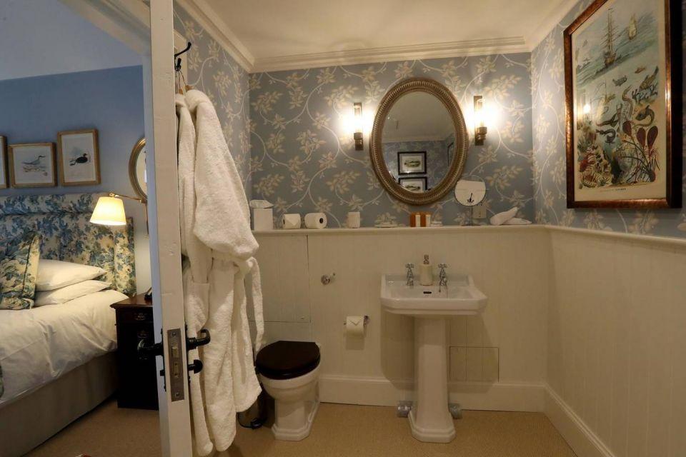 بالصور : الأمير تشارلز يفتتح فندقا للمبيت والإفطار في اسكتلندا