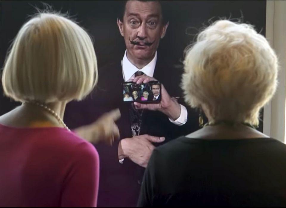 شاهد سلفادور دالي يلتقط صور سيلفي مع زوار متحف