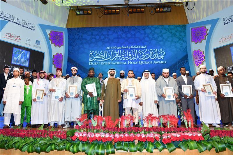 بالصور.. منصور بن محمد يُكرّم فائزي «دبي للقرآن» والشخصية الإسلامية