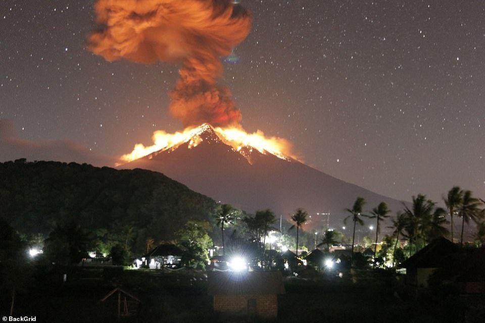 شاهد ثوران بركان جبل أجونج الذي تسبب بإلغاء رحلات جوية