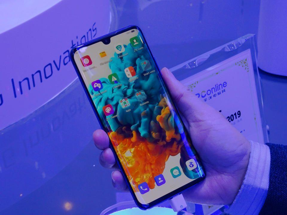 الكشف عن أول هاتف ذكي يدعم خدمات شبكة الجيل الخامس بالإمارات