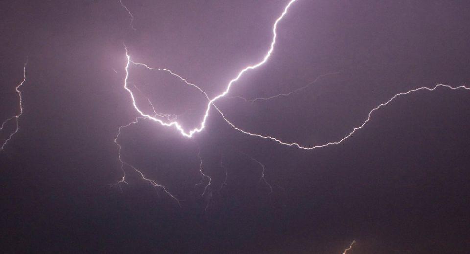 فيديو: نجاة سعودي من صاعقة رعدية أثناء تصويره أمطار مكة