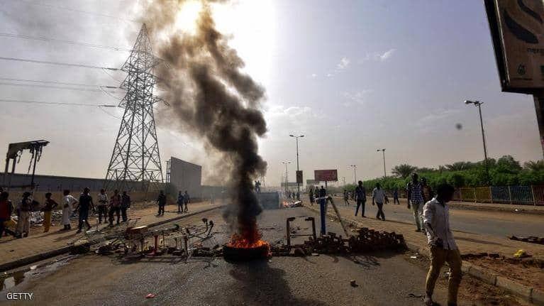 بالصور : قتلى وجرحى أثناء محاولات مستمرة لفض اعتصام الخرطوم