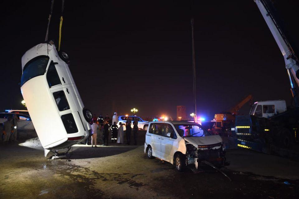 وفاة شخص إثر سقوط سيارتين في بحيرة الخان بالشارقة
