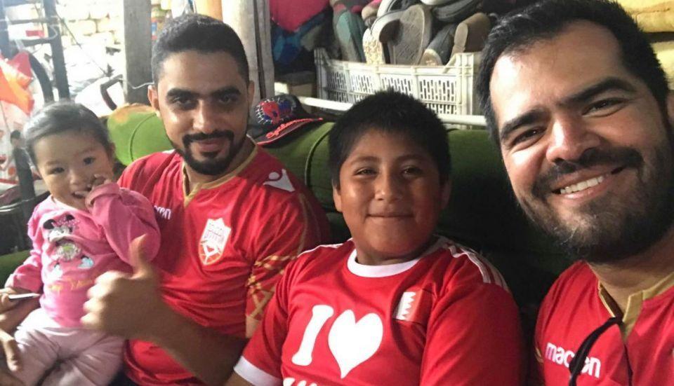 رجل أعمال بحريني يتبرع بمنزل لطفل يدرس على ضوء الشارع
