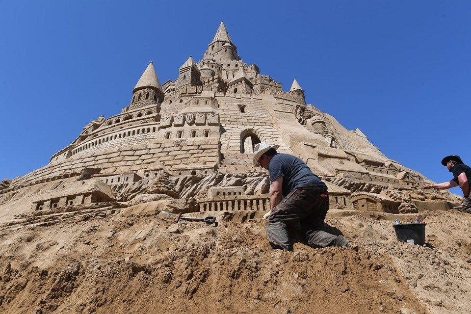بالصور : أعلى قلعة رملية في العالم
